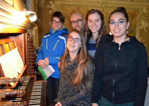 Daniele Panizza, Caterina Panzeri, Paola Lafranconi e Silvia Camilletti con il loro docente Alessandro Milesi all'organo della chiesa di Sant'Antonio a Crebbio.