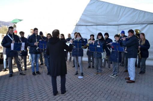 L'esibizione del Corpo musicale mandellese all'esterno della scuola dell'infanzia di Crebbio.