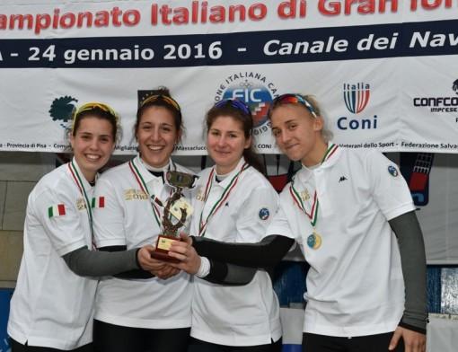 """Il """"quattro senza"""" della Canottieri Lario sul gradino più alto del podio. Giorgia Pelacchi è la terza da sinistra."""