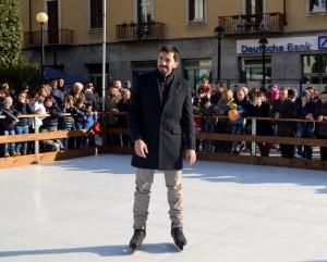 Il sindaco Riccardo Fasoli, pattini ai piedi, sulla pista di pattinaggio il giorno dell'inaugurazione.