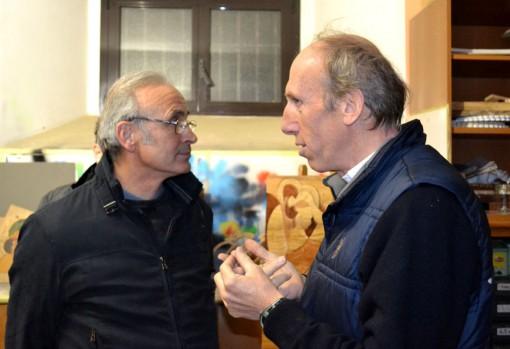 """Gianbattista Baronchelli con don Agostino Frasson nel laboratorio di """"Casa don Guanella""""."""