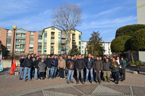 Dipendenti della Gilardoni raggi X e rappresentanti sindacali questa mattina in piazza Leonardo da Vinci a Mandello.