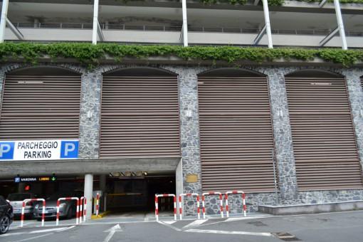 L'ingresso del parcheggio multipiano di Varenna, in viale Polvani.
