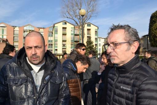 Emilio Castelli (Fim Cisl) e Fabio Anghileri (Fiom Cgil) davanti al municipio di Mandello.