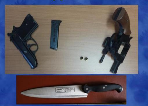 Le pistole a salve e il coltellaccio usato dai malviventi nelle rapine