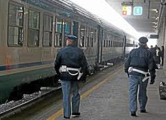 Migranti senza biglietto picchiano poliziotto sul treno regionale