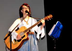 """Linda Spandri durante il suo concerto dello scorso maggio al teatro """"De Andrè"""" di Mandello."""