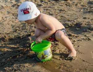 bambini_spiaggia_secchiello