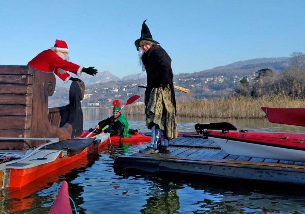 Befana E Babbo Natale.A Oggiono Babbo Natale Arriva Dal Lago In Kayak E Salva