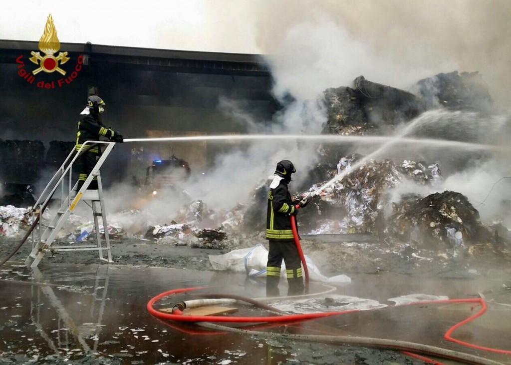 Incendio in cartiera, fiamme su un condominio FOTO